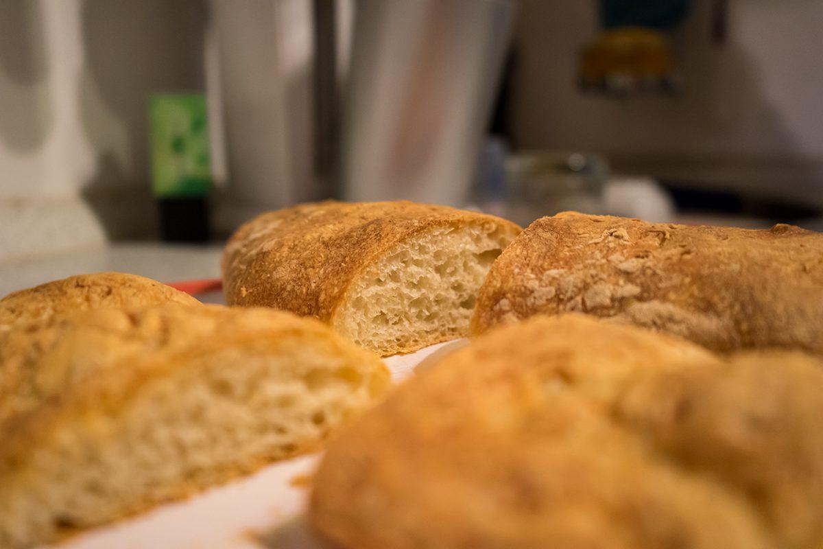 Form hat nichts mit dem Geschmack zu tun und so waren meine ersten Baguettes zwar nicht formschön, haben diesen Mangel im Geschmack aber mehr als wett gemacht