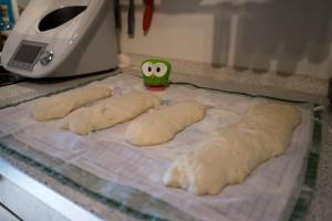 Wer Hefeteig auf ein Geschirrtuch legt sollte nicht sparsam sein mit dem Mehl...