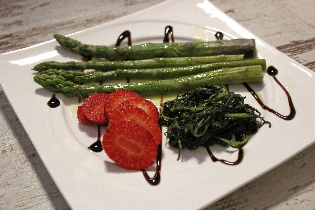 m nchsbart mit gr nem spargel und erdbeeren kochen auf. Black Bedroom Furniture Sets. Home Design Ideas