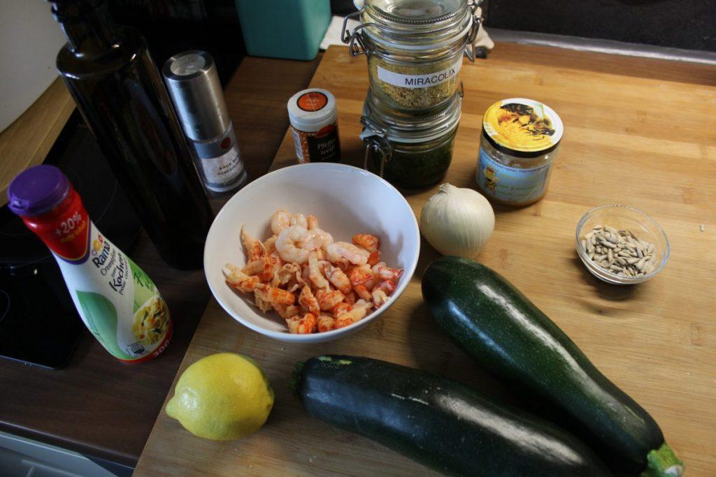 zucchini spaghetti mit garnelen und flu krebsfleisch aus dem tm5. Black Bedroom Furniture Sets. Home Design Ideas
